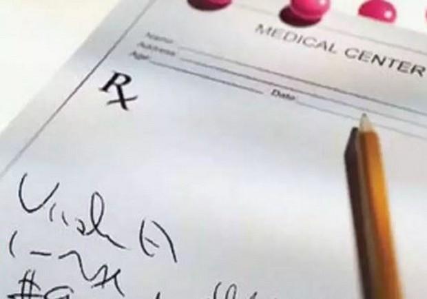 Ấn Độ: Bác sĩ bị phạt vì chữ viết trong bệnh án quá xấu - Ảnh 1.