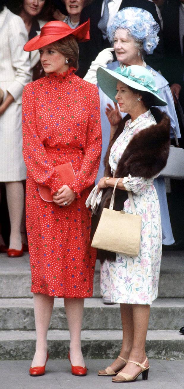 Đi đám cưới mà diện nào jumpsuit, nào đồ menswear, Công nương Diana chính là nữ nhân Hoàng gia có style dự đám cưới chất chơi nhất - Ảnh 1.