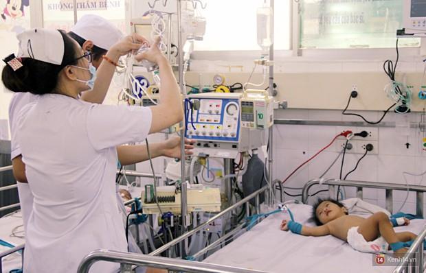 Dịch tay chân miệng bùng phát khó lường ở Sài Gòn: Bệnh viện quá tải, bố mẹ trắng đêm chăm con - Ảnh 4.