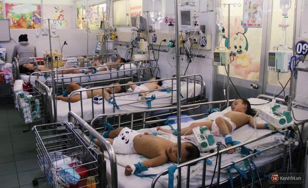 Dịch tay chân miệng bùng phát khó lường ở Sài Gòn: Bệnh viện quá tải, bố mẹ trắng đêm chăm con - Ảnh 2.