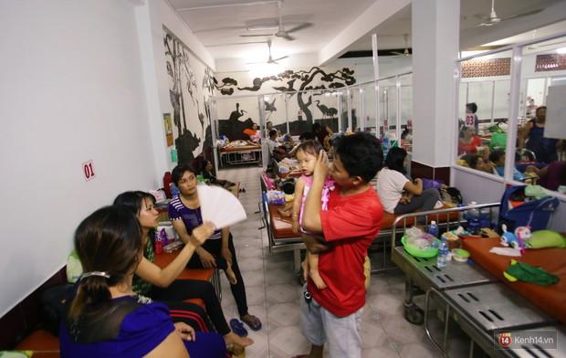 Dịch tay chân miệng bùng phát khó lường ở Sài Gòn: Bệnh viện quá tải, bố mẹ trắng đêm chăm con - Ảnh 10.