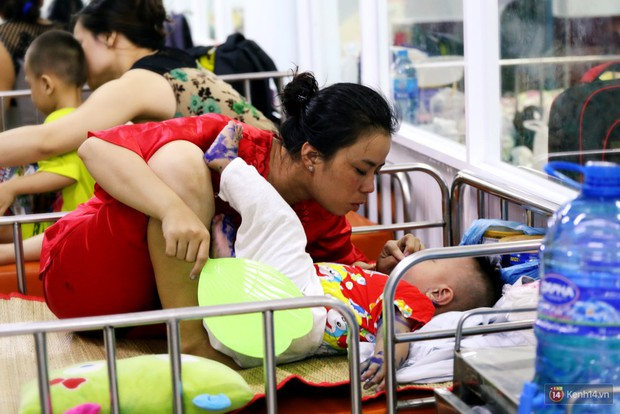 Dịch tay chân miệng bùng phát khó lường ở Sài Gòn: Bệnh viện quá tải, bố mẹ trắng đêm chăm con - Ảnh 7.