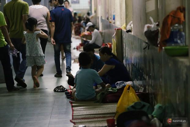 Dịch tay chân miệng bùng phát khó lường ở Sài Gòn: Bệnh viện quá tải, bố mẹ trắng đêm chăm con - Ảnh 13.