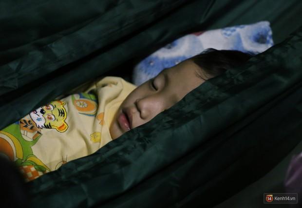 Dịch tay chân miệng bùng phát khó lường ở Sài Gòn: Bệnh viện quá tải, bố mẹ trắng đêm chăm con - Ảnh 16.