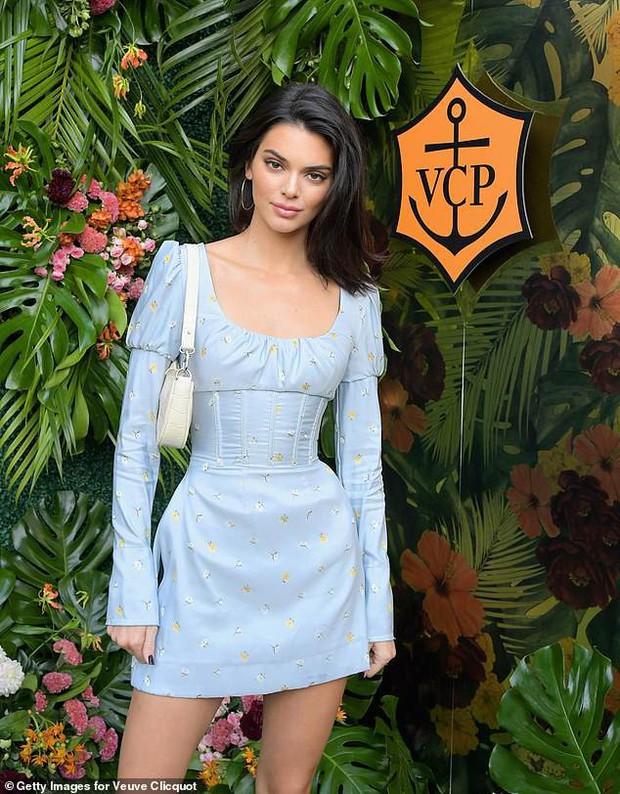 Kendall Jenner lại hút hồn dân tình với vẻ đẹp tuyệt sắc, vóc dáng chuẩn búp bê Barbie tại sự kiện - Ảnh 4.
