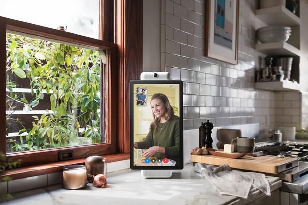 Facebook vừa ngấm ngầm ra mắt Portal: Thiết bị gọi video riêng cho Messenger, nhiều tính năng xịn nhưng giá hơi chát - Ảnh 3.