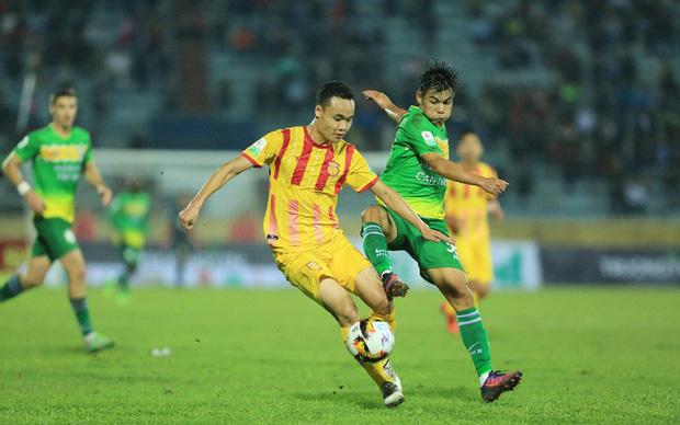 Chung kết ngược Nam Định vs Cần Thơ: Niềm vui và nước mắt - Ảnh 2.
