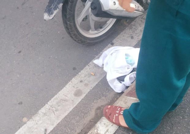 """Cô gái bỏ thư và tư trang trên cầu Sài Gòn, giả tự tử để """"hù"""" bạn trai rồi... đón xe ôm về nhà - Ảnh 2."""