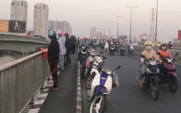 """Cô gái bỏ thư và tư trang trên cầu Sài Gòn, giả tự tử để """"hù"""" bạn trai rồi... đón xe ôm về nhà - Ảnh 1."""