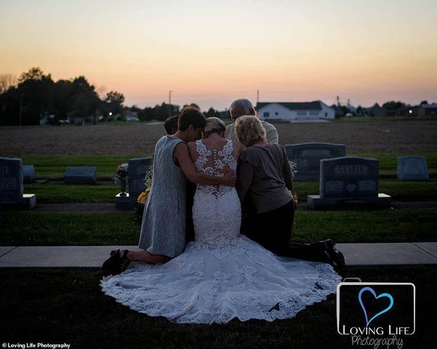 Chú rể qua đời vì tai nạn xe, cô dâu vẫn tổ chức đám cưới bên bia mộ chồng mình - Ảnh 6.