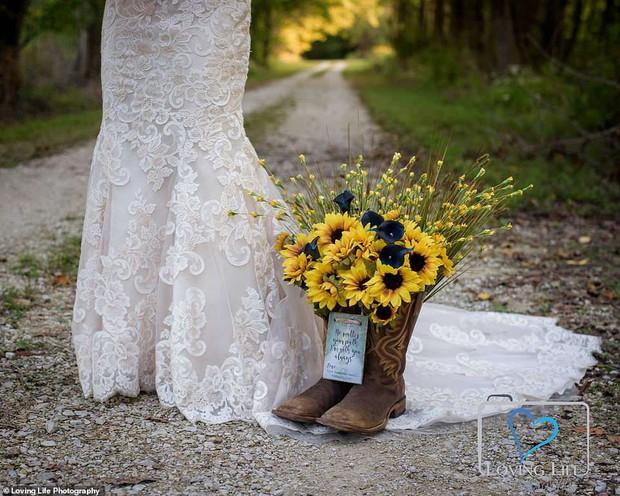 Chú rể qua đời vì tai nạn xe, cô dâu vẫn tổ chức đám cưới bên bia mộ chồng mình - Ảnh 4.