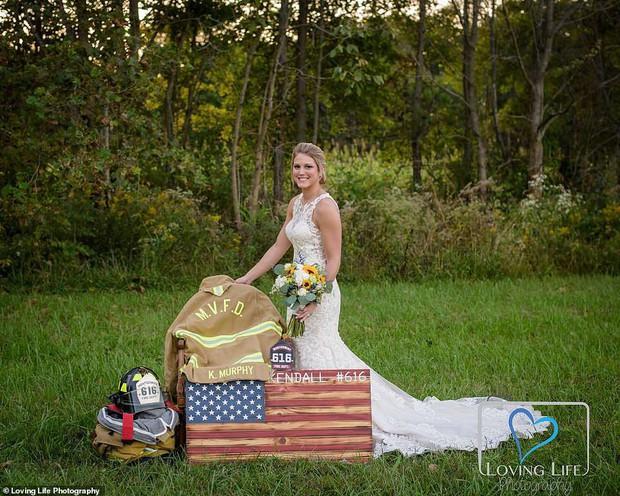 Chú rể qua đời vì tai nạn xe, cô dâu vẫn tổ chức đám cưới bên bia mộ chồng mình - Ảnh 2.
