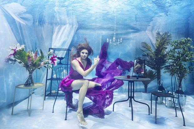 Chụp ảnh dưới nước, thí sinh Next Top Ba Lan không tránh khỏi biểu cảm trợn mắt như... chết trôi - Ảnh 4.