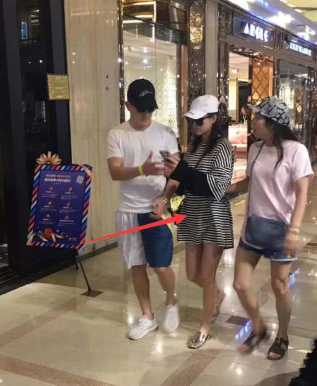 Trương Hinh Dư lộ vòng 2 lớn, cùng ông xã sĩ quan đi mua sắm giường em bé - Ảnh 2.