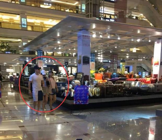 Trương Hinh Dư lộ vòng 2 lớn, cùng ông xã sĩ quan đi mua sắm giường em bé - Ảnh 3.
