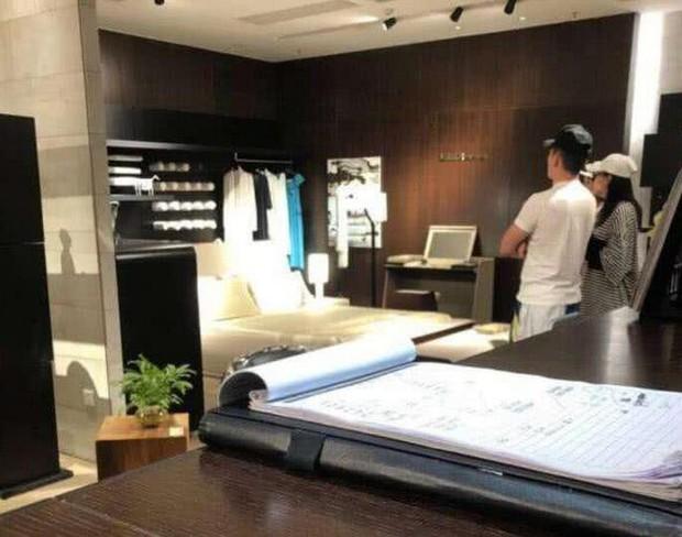 Trương Hinh Dư lộ vòng 2 lớn, cùng ông xã sĩ quan đi mua sắm giường em bé - Ảnh 5.