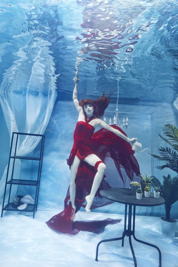 Chụp ảnh dưới nước, thí sinh Next Top Ba Lan không tránh khỏi biểu cảm trợn mắt như... chết trôi - Ảnh 1.