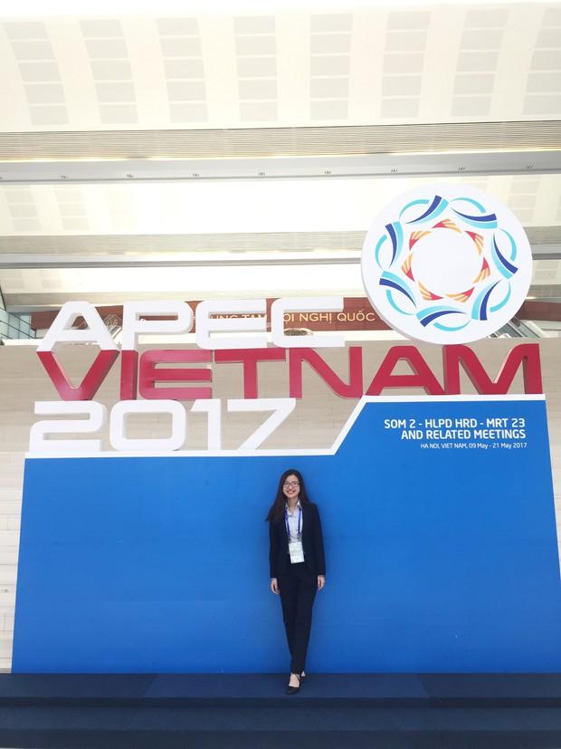 Cô bạn 9x xinh xắn, là thủ khoa đầu vào và tốt nghiệp Đại học Hà Nội, từng tháp tùng Bộ trưởng Bộ thương mại Indonesia tại APEC - Ảnh 5.