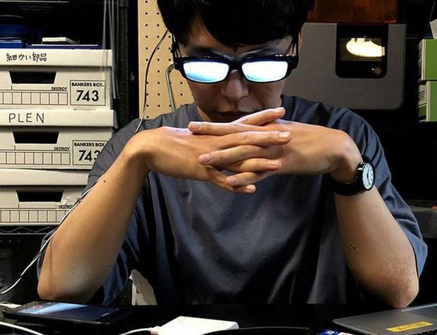 Chàng trai Nhật Bản tự chế kính mắt phát sáng, đeo vào trông chẳng khác gì nhân vật bước ra từ Conan - Ảnh 2.
