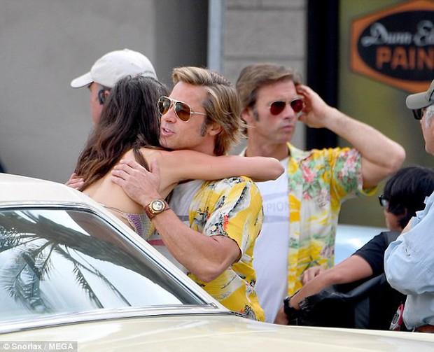 Angelina Jolie lòng đau nhói khi nhìn Brad Pitt ôm thân mật với bạn diễn nữ? - Ảnh 1.