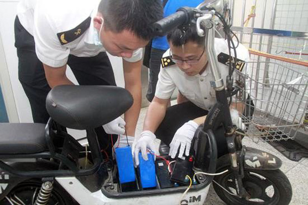 Nhồi nhét iPhone XS Max trị giá cả tỷ đồng vào ắc-quy xe điện, ông lão bị hải quan Trung Quốc tóm ngay tại trận - Ảnh 1.