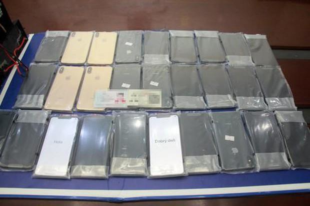 Nhồi nhét iPhone XS Max trị giá cả tỷ đồng vào ắc-quy xe điện, ông lão bị hải quan Trung Quốc tóm ngay tại trận - Ảnh 4.