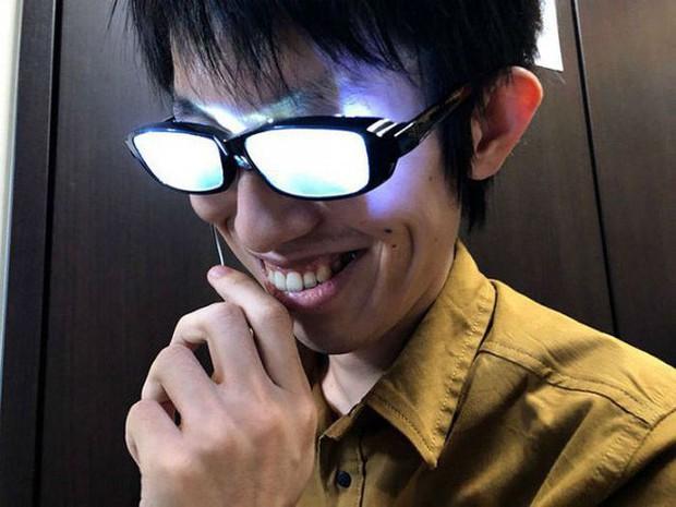 Chàng trai Nhật Bản tự chế kính mắt phát sáng, đeo vào trông chẳng khác gì nhân vật bước ra từ Conan - Ảnh 3.