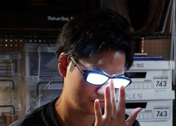 Chàng trai Nhật Bản tự chế kính mắt phát sáng, đeo vào trông chẳng khác gì nhân vật bước ra từ Conan - Ảnh 8.