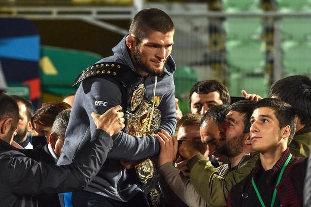 Dạy cho Gã điên McGregor một bài học nhớ đời, độc cô cầu bại Khabib được chào đón như người hùng khi về nước - Ảnh 7.