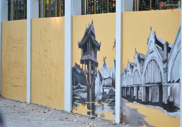 Dãy tường rào cũ kỹ trước cổng trường Phan Đình Phùng được khoác áo mới thành con đường bích họa siêu lãng mạn về Hà Nội xưa - Ảnh 10.