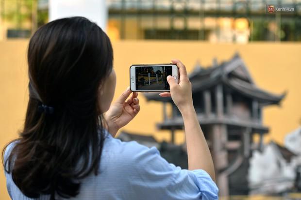 Dãy tường rào cũ kỹ trước cổng trường Phan Đình Phùng được khoác áo mới thành con đường bích họa siêu lãng mạn về Hà Nội xưa - Ảnh 18.