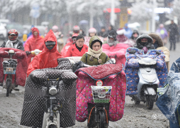 Cảnh tượng lạnh đầy khắc nghiệt tại Trung Quốc: Chị em phụ nữ quấn chăn, bịt kín lái xe máy đi làm - Ảnh 4.