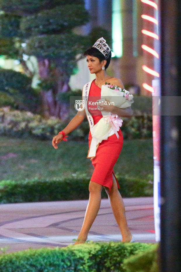Một ngày làm việc từ sáng sớm đến tối mịt của Top 3 Hoa hậu Hoàn vũ Việt Nam 2017 - Ảnh 8.