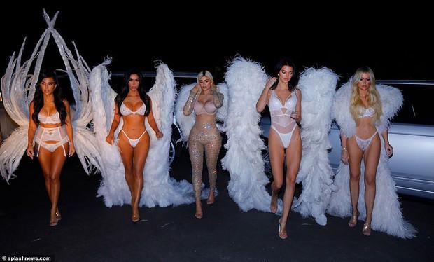 Ngôi nữ hoàng Halloween 2018 thuộc về chị em Kardashian với màn hóa trang thiên thần Victorias Secret đẹp xuất sắc! - Ảnh 10.