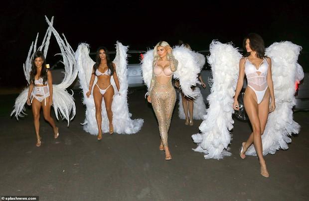 Ngôi nữ hoàng Halloween 2018 thuộc về chị em Kardashian với màn hóa trang thiên thần Victorias Secret đẹp xuất sắc! - Ảnh 6.