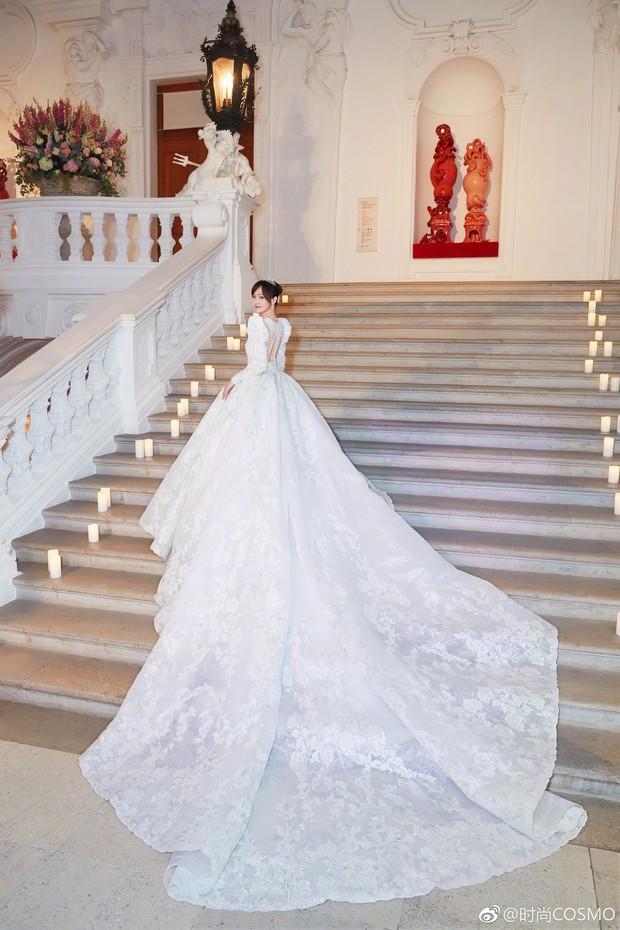 Cận cảnh váy cưới của Đường Yên: lộng lẫy như công chúa, tốn hơn 5.000 giờ thực hiện và ẩn chứa bí mật bất ngờ - Ảnh 3.