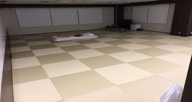 Chật vật mãi mới đặt được phòng tại khách sạn một mình ở Nhật, lúc đến nơi thanh niên mới biết nó to như cái hội trường vậy - Ảnh 2.