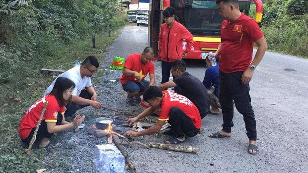 Fan Việt gặp sự cố trên đất Lào: 2 ngày chưa được về nước, phải nhờ bộ đội biên phòng nấu cơm cứu đói - Ảnh 2.
