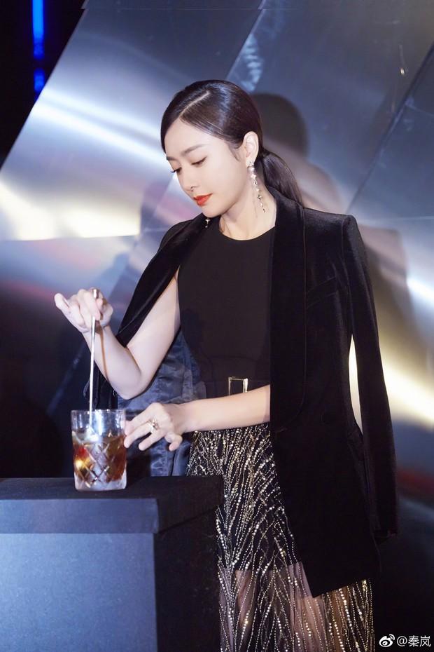 Chăm khâu váy nhưng lại diện đồ xuyên thấu khoe chân dài sexy, Tần Lam run lẩy bẩy dưới tiết trời lạnh giá - Ảnh 3.