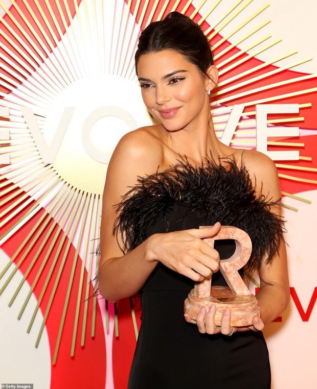 Kendall Jenner thôi miên dân tình với nhan sắc đẹp nao lòng, nhưng bỗng gặp một đối thủ quyến rũ không kém - Ảnh 3.