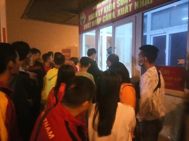 Fan Việt gặp sự cố trên đất Lào: 2 ngày chưa được về nước, phải nhờ bộ đội biên phòng nấu cơm cứu đói - Ảnh 3.