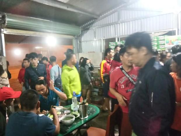 Fan Việt gặp sự cố trên đất Lào: 2 ngày chưa được về nước, phải nhờ bộ đội biên phòng nấu cơm cứu đói - Ảnh 4.