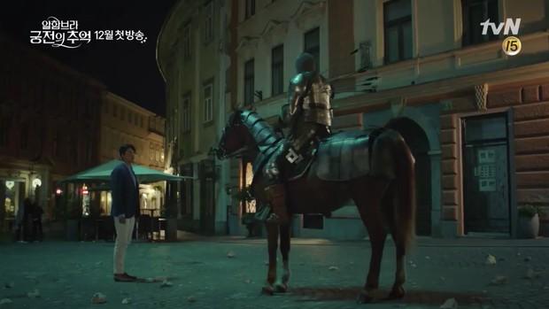 Park Shin Hye trùm khăn đỏ huyền bí trong teaser Memories of the Alhambra vừa tung nóng hổi - Ảnh 11.