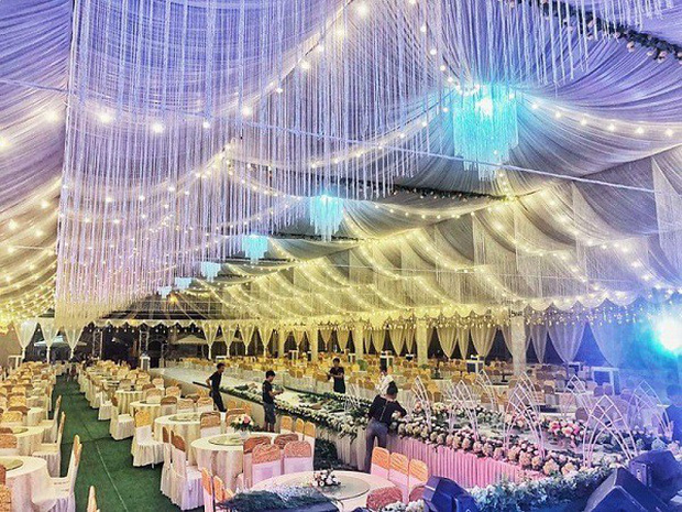 Hé lộ chi tiết khủng trong đám cưới của cặp đôi chi 1 tỷ tiền trang trí, cổng chào như cung điện, ca sĩ Ngọc Sơn về biểu diễn - Ảnh 1.
