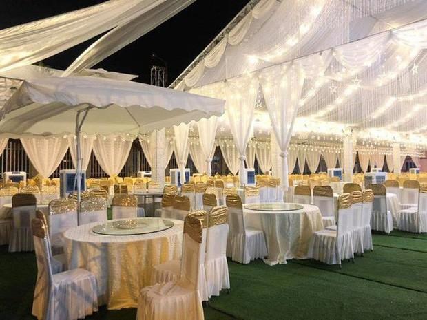 Hé lộ chi tiết khủng trong đám cưới của cặp đôi chi 1 tỷ tiền trang trí, cổng chào như cung điện, ca sĩ Ngọc Sơn về biểu diễn - Ảnh 2.