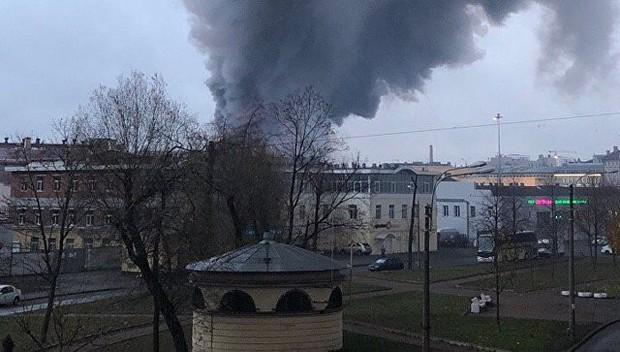 Trung tâm thương mại ở St. Petersburg bốc cháy dữ dội, hơn 800 người phải sơ tán khẩn cấp - Ảnh 2.