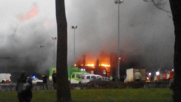 Trung tâm thương mại ở St. Petersburg bốc cháy dữ dội, hơn 800 người phải sơ tán khẩn cấp - Ảnh 3.