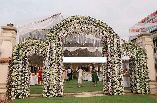 Hé lộ chi tiết khủng trong đám cưới của cặp đôi chi 1 tỷ tiền trang trí, cổng chào như cung điện, ca sĩ Ngọc Sơn về biểu diễn - Ảnh 3.