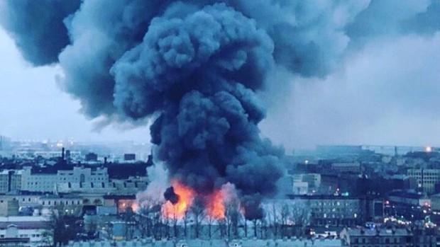 Trung tâm thương mại ở St. Petersburg bốc cháy dữ dội, hơn 800 người phải sơ tán khẩn cấp - Ảnh 4.