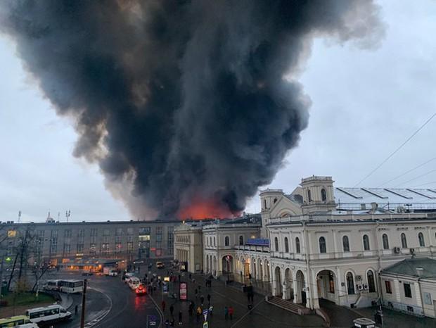 Trung tâm thương mại ở St. Petersburg bốc cháy dữ dội, hơn 800 người phải sơ tán khẩn cấp - Ảnh 5.